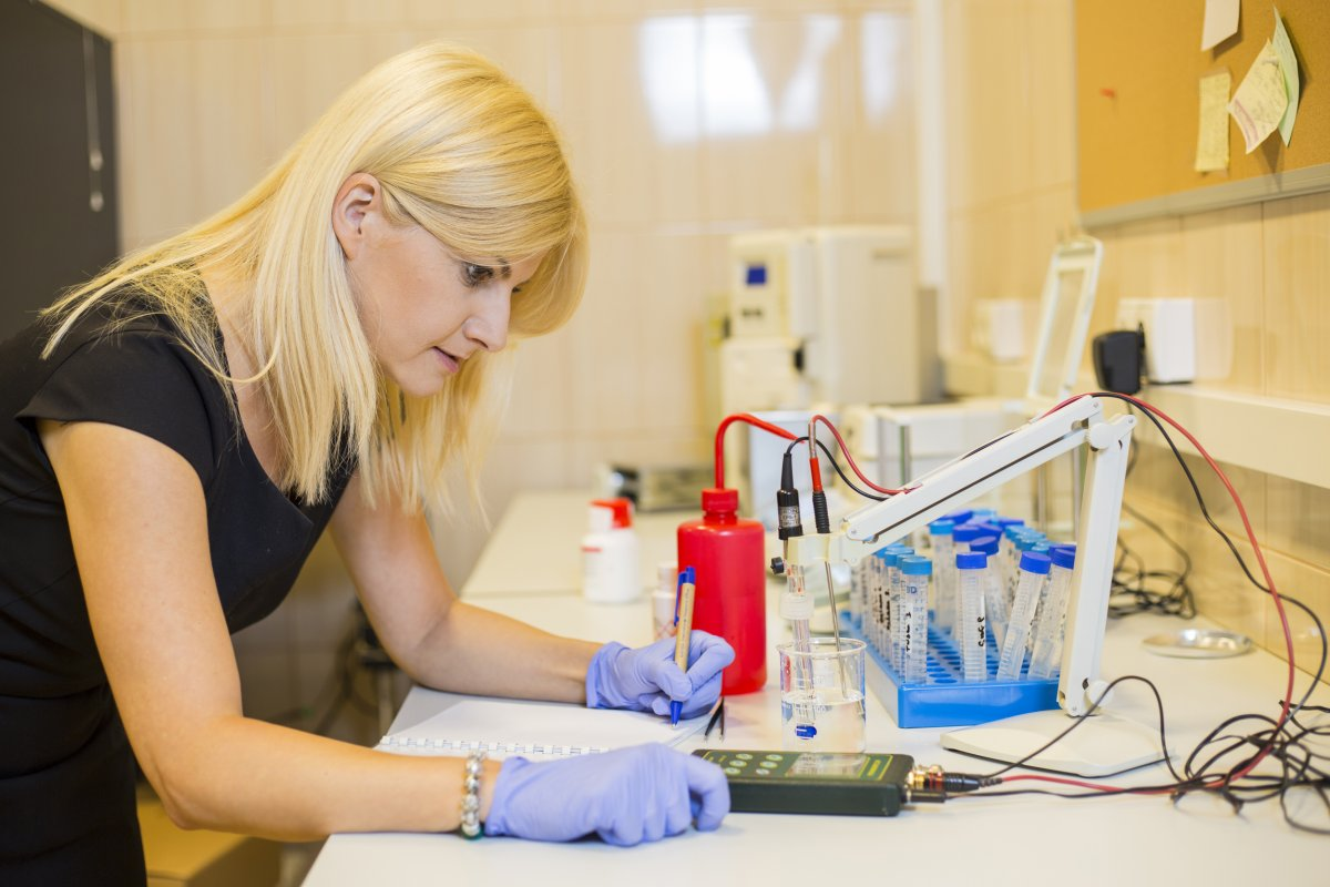 Dr hab. eng. Izabella Rajzer working in the lab